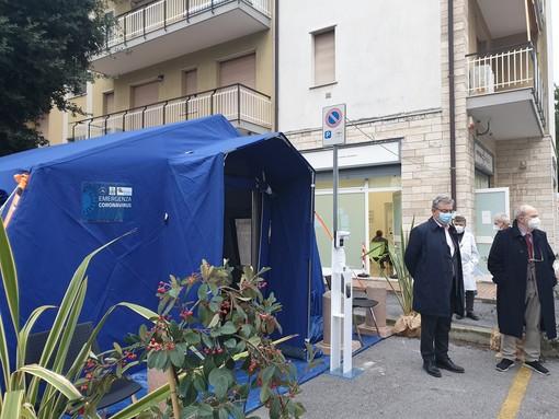 """Pietra Ligure, la tenda blu di """"Pietra Medica"""" punto di somministrazione dei vaccini anti-covid per gli under 65 vulnerabili"""