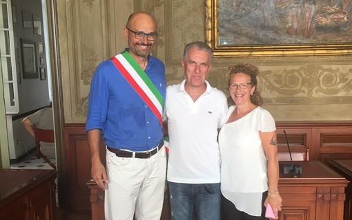 Finale, il sindaco Frascherelli premia un turista 'fedele' (FOTO)