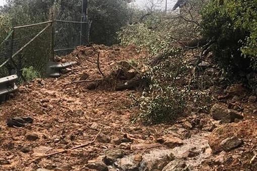 """Savona, rischio crollo di via alla Strà e problemi sicurezza nelle aree limitrofe. I residenti: """"Ci siamo sentiti abbandonati, mai ricevuto risposte"""" (VIDEO)"""