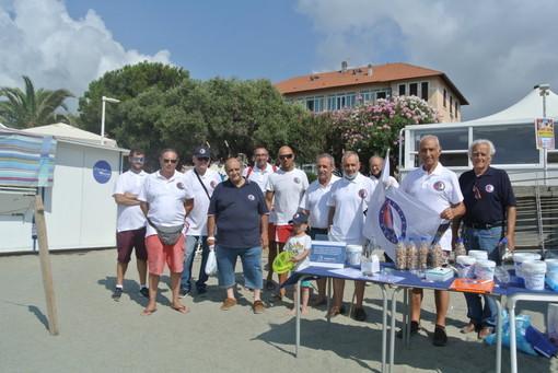 Volontari di Assonautica ancora a caccia di mozziconi di sigaretta sulle spiagge di Albisola