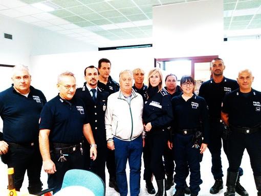Quattro veicoli, 14 agenti più gli uomini in borghese: maxicontrollo del venerdì sera da parte della polizia locale di Albenga (FOTO e VIDEO)