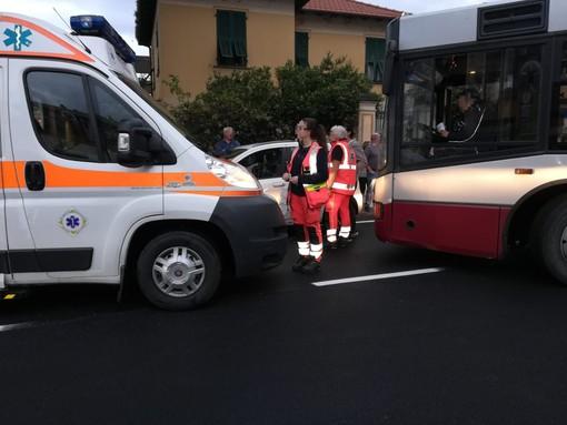 Pietra Ligure, scontro tra auto e autobus sulla via Aurelia: donna trasportata al Santa Corona (FOTO)