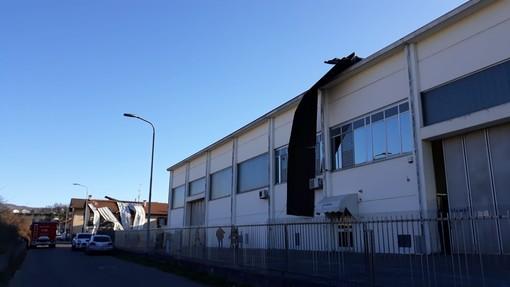 Carcare, scoperchiato dal forte vento un capannone in via Fornace Vecchia (FOTO)
