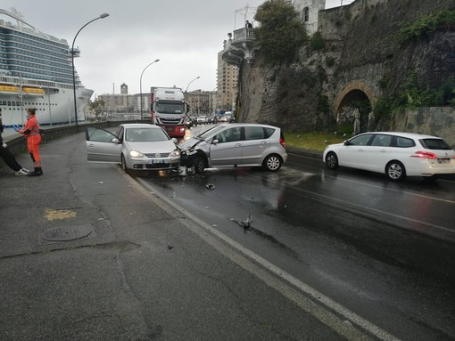 Savona, scontro tra due auto lungo via Matteotti (FOTO)