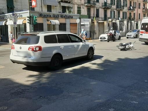 Savona, scontro tra auto e moto in corso Mazzini: una persona in codice verde al San Paolo