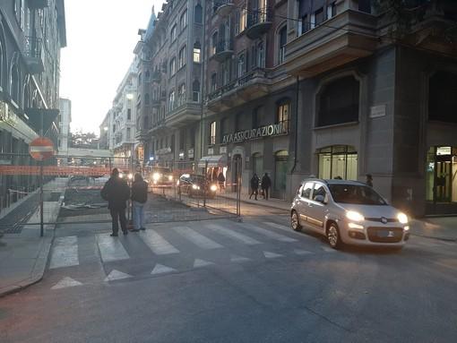 Savona, cedimento stradale in via Cesare Battisti: traffico riaperto ad una corsia