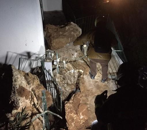 Varigotti, vigili del fuoco e tecnici del Comune in località Isasco per valutare una frana (FOTO)