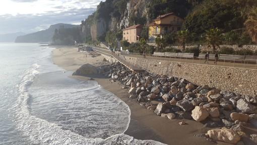 Finale, la forza della natura si manifesta a Capo San Donato: così la spiaggia diventa una distesa di scogli