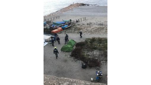 Savona, accampamenti nella spiaggia al Prolungamento, la polizia locale fa sgombrare le tende