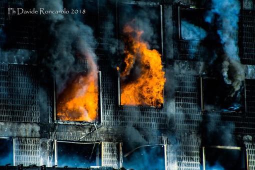 Incendio all'Autorità Portuale: danneggiati anche capannoni vicini e alcune vetture