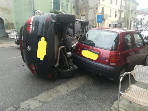 Auto si cappotta nel centro abitato di Cengio: allertati vigili del fuoco e sanitari (FOTO)
