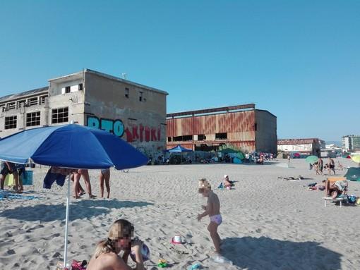 Savona, bivacchi e assembramenti notturni sulla spiaggia libera di via Nizza