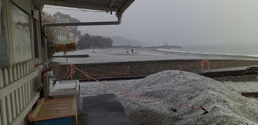 Nevica in provincia di Savona e si imbiancano le spiagge a Celle Ligure (FOTOGALLEY e VIDEO)