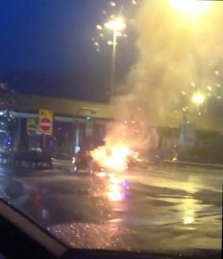 Auto a fuoco al casello di Millesimo, disagi alla circolazione (VIDEO)