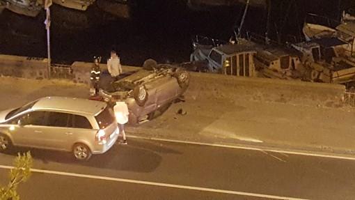 Savona, auto si cappotta sul lungomare Matteotti: due feriti lievi
