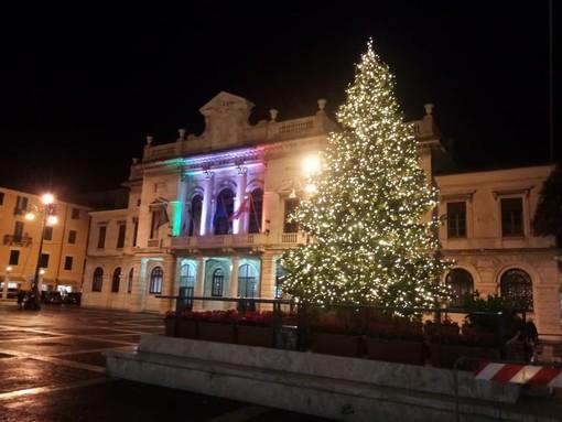 Savona, acceso l'albero di Natale in Piazza Sisto (FOTO)