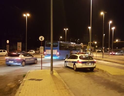 Savona, rissa tra extracomunitari alla fermata dell'autobus: forze dell'ordine scortano mezzo diretto a Cairo (FOTO)