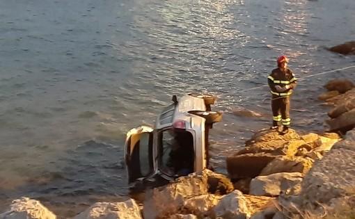 Vado, perde il controllo dell'auto e precipita in mare: due feriti (FOTO e VIDEO)