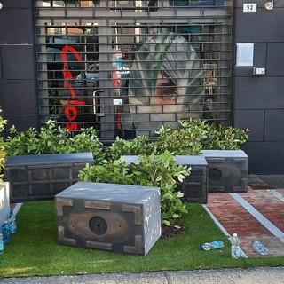 Grandi fioriere divelte davanti al negozio e una firma sul muro: è successo ad Alassio