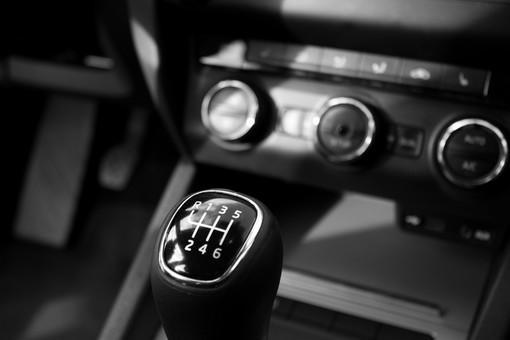 Assicurazione auto: i prezzi calano del 25%, cresce l'attenzione per le truffe online