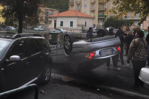 Auto si ribalta a Finalpia: conducente in codice giallo al Santa Corona