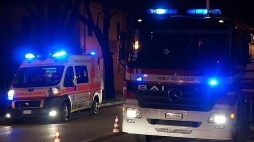 Vado, auto perde il controllo e va a sbattere contro un albero: due feriti in ospedale