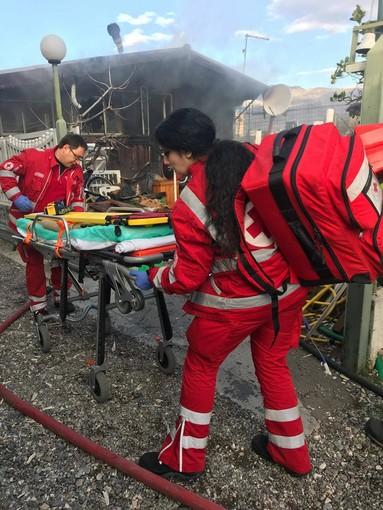 Albenga, magazzino agricolo in fiamme: donna ustionata gravemente