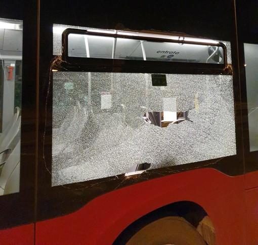Vetro di un autobus spaccato ieri sera ad Andora: indagini in corso