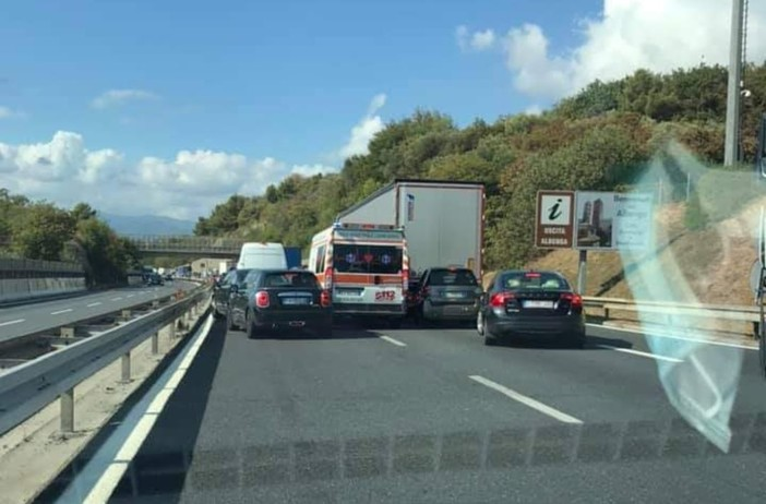 Bollino nero in autostrada, ambulanza bloccata nel traffico in A10, code fino a undici chilometri