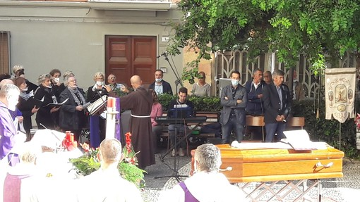 Alassio, l'ultimo commosso saluto a Padre Tommaso