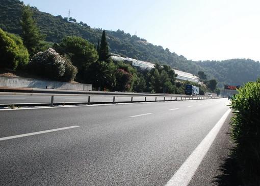 """Vento forte nel savonese, uscita obbligatoria per i telonati sull'A10. Disagi ad Albenga dove """"volano"""" i bidoni"""