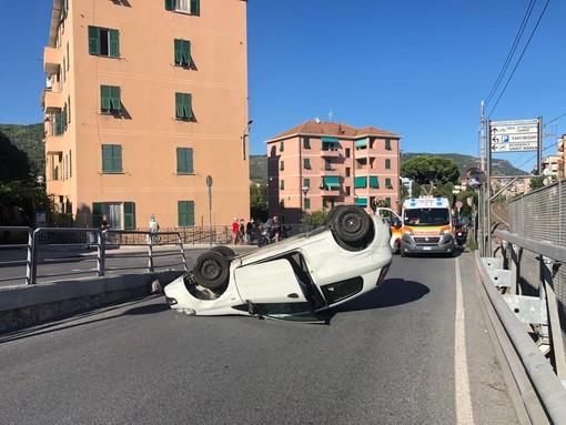 Pietra Ligure, auto ribaltata in via Borro: soccorsi mobilitati (FOTO)