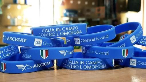 Braccialetti azzurri contro l'omofobia: anche in provincia di Savona al via la campagna di Arcigay per società e tifosi