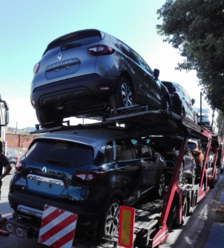 Savona: auto in bilico rischiano di cadere dalla bisarca sulla quale erano trasportate (FOTO)