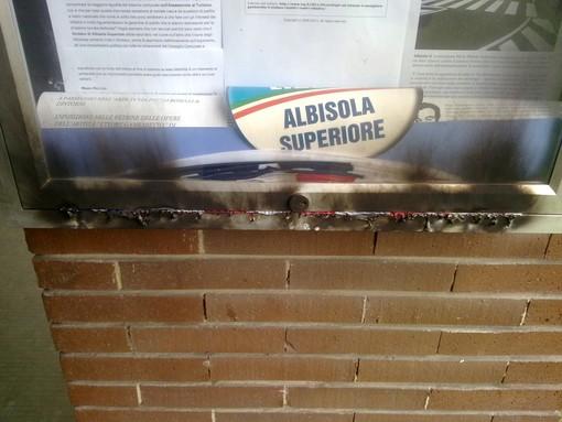 Bacheca con bandiera Usa bruciata ad Albisola Superiore
