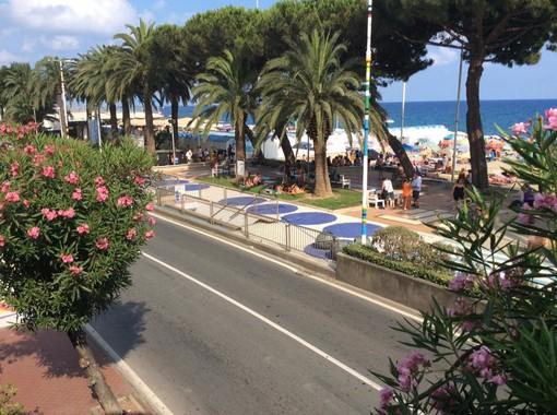La nuova frontiera del turismo savonese: le aiuole trasformate in bivacchi domenicali dai turisti