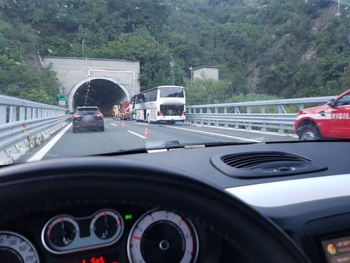 Fumo dal motore di un bus: paura sulla A6 tra Savona e Altare