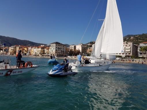 Barca a vela incagliata ad Alassio: intervento della squadra nautica della Polizia di Stato
