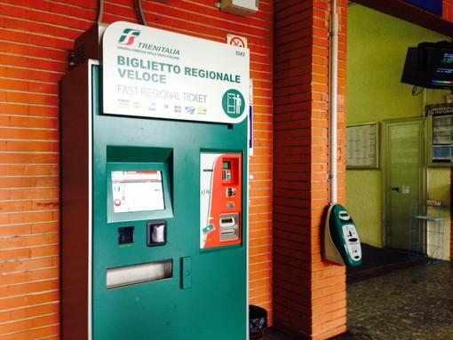 Stazione FS Albisola, macchinetta guasta per metà: impossibile fare i biglietti se il bar è chiuso