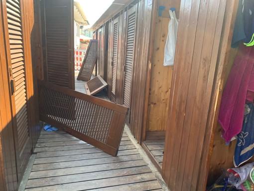 Savona, raid di danneggiamenti e furti ai bagni San Cristoforo e Umberto: divelte cabine e rubati soldi dalla cassa (FOTO)