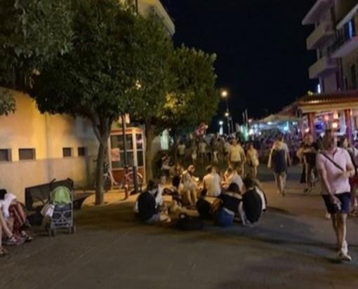 Pietra, mangiano pizza e bevono birra seduti per terra nel centro storico: il commento di un cittadino