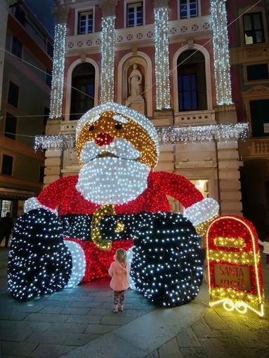 Varazze, un Babbo Natale da guinness per accedere il Natale (FOTO)
