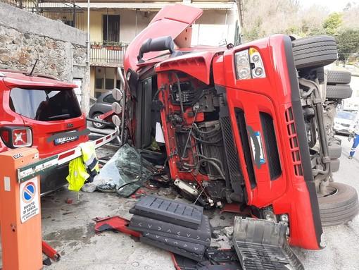 Autoarticolato si ribalta a Montemoro, sulla provinciale del Cadibona. Illeso l'autista (FOTO E VIDEO)