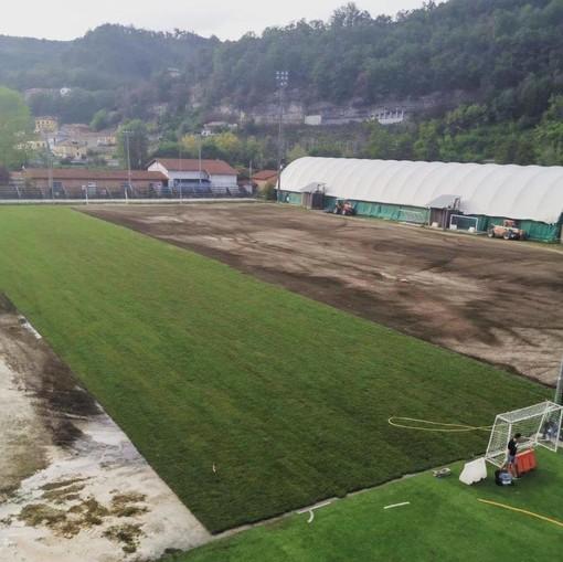 """Cengio, iniziata la posa del manto in erba naturale al campo sportivo """"Pino Salvi"""""""