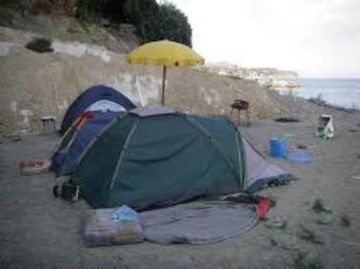 Savona, continuano i controlli sulle spiagge della Polizia e della Polizia Locale: allontanati campeggiatori abusivi