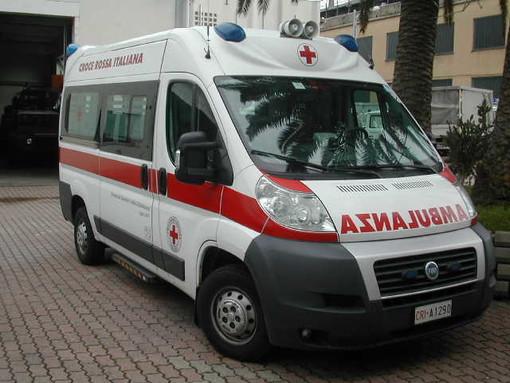 Auto in testacoda va a sbattere contro un muro a Leca d'Albenga: un ferito al Santa Corona