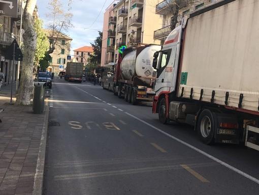 Stop al transito pesante sulle Albisole: via libera all'ordinanza che blocca i camion il venerdì dalle 15 alle 21