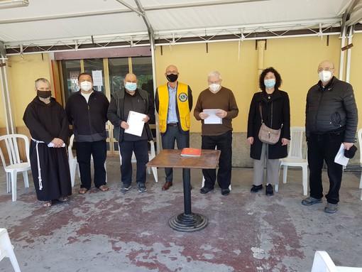 Dai Lions Club Loano Doria ai Parroci cittadini aiuti economici per famiglie loanesi in difficoltà