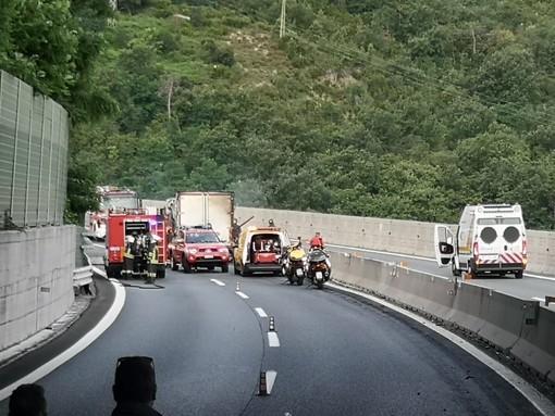 Camion in fiamme sulla A10: riaperto tratto autostradale in direzione Savona