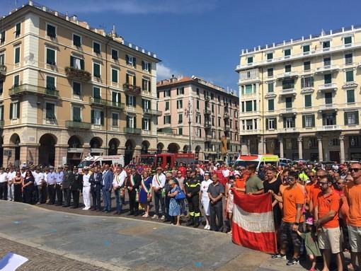 Savona si unisce al cordoglio in piazza Mameli in onore delle vittime del ponte Morandi (FOTO e VIDEO)